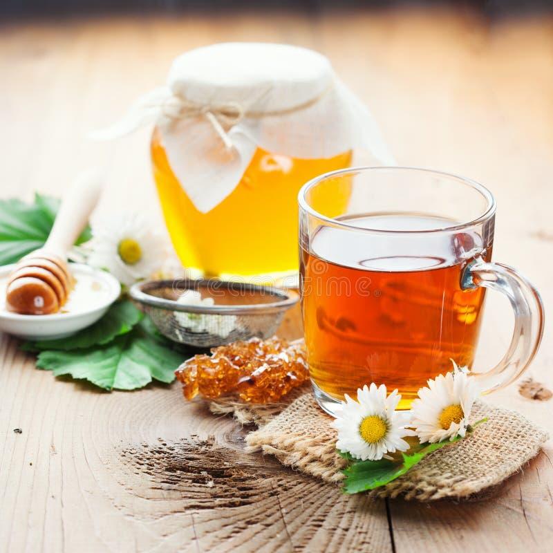 Thé de fines herbes et miel photographie stock libre de droits