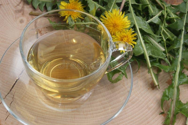 thé de fines herbes organique dans une cuvette image stock