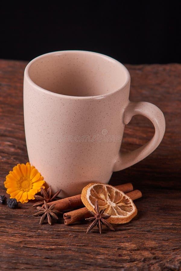Thé de fruits secs pour la tasse saine de petit déjeuner de couleur crème et la fleur sur la table en bois Concept de nourriture  images libres de droits