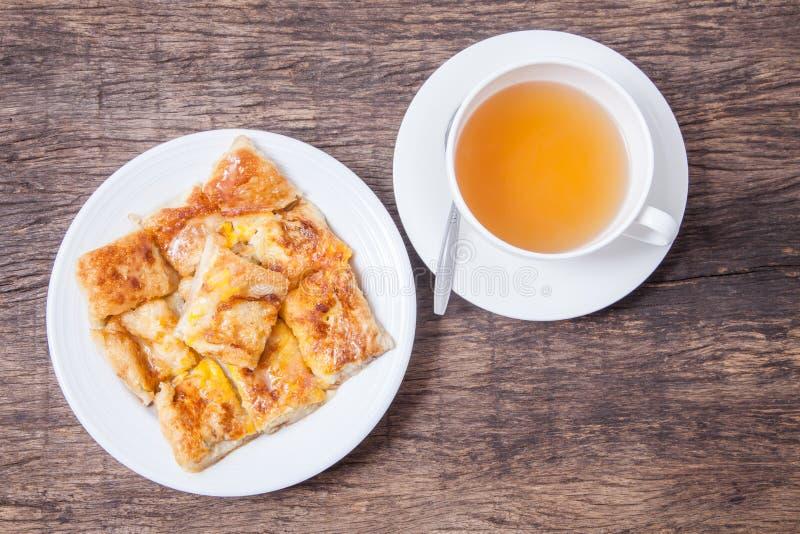 Thé de gingembre dans le style blanc de tasse et de dessert du roti frit avec l'interdiction photographie stock