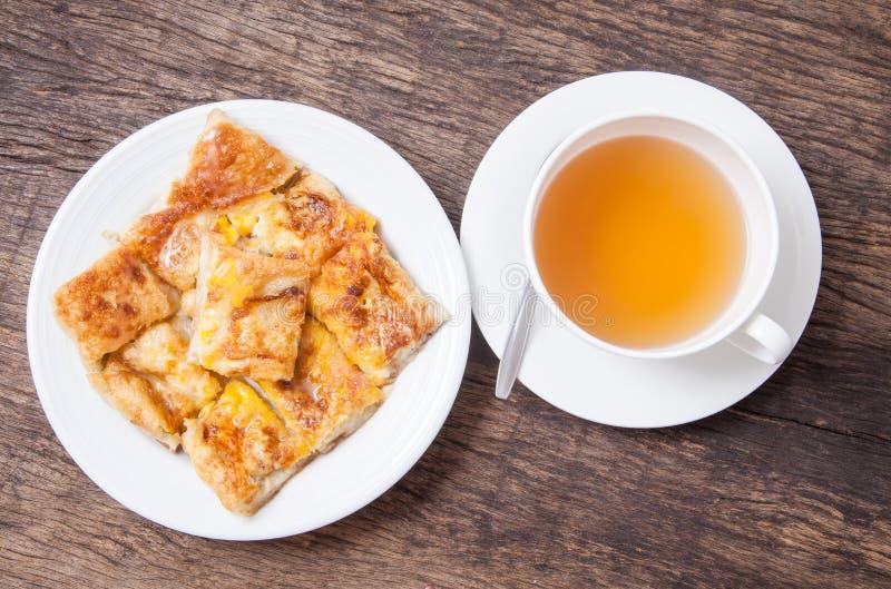 Thé de gingembre dans le style blanc de tasse et de dessert du roti frit avec l'interdiction photos stock