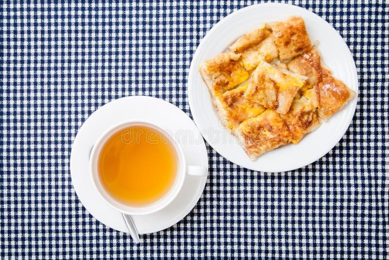 Thé de gingembre dans le style blanc de tasse et de dessert du roti frit avec l'interdiction photo stock