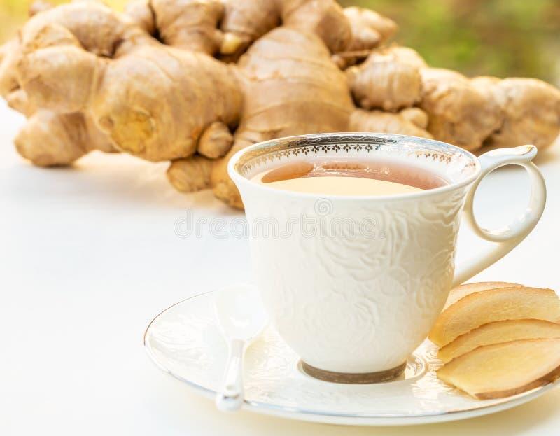 Thé de gingembre dans une tasse blanche image stock