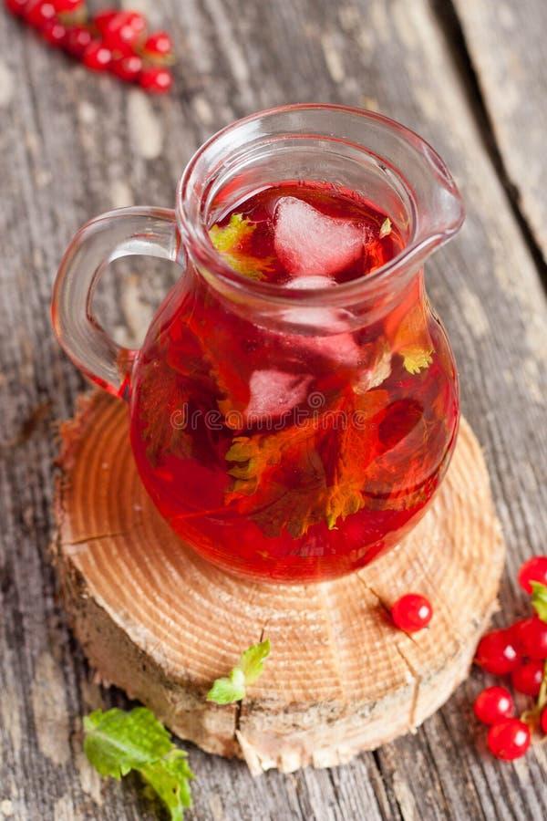 Thé de glace d'été ou limonade régénérateur avec la baie fraîche image libre de droits