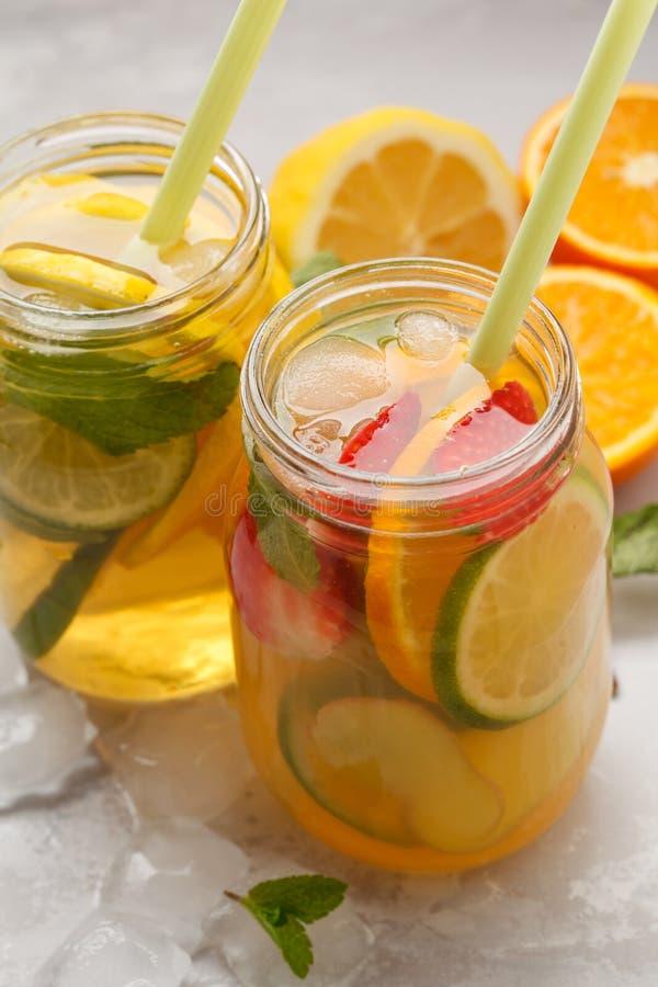 Thé de glace de fines herbes de thé et de gingembre de glace de fruit avec la menthe dans des pots en verre, images stock