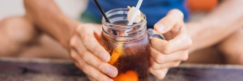 Thé de litchi de glace dans le pot de maçon dans la BANNIÈRE de café, LONG FORMAT photo stock