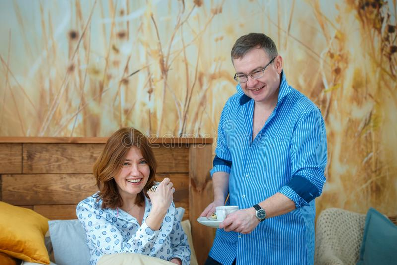 Thé de matin Le mari a apporté son café de thé d'épouse au lit photo stock