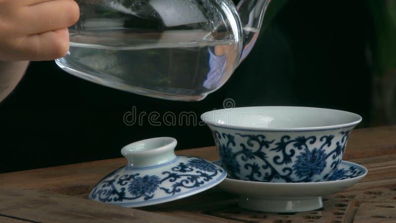 Thé de processus de brassage, cérémonie de thé, tasse de thé noir fraîchement brassé Service à thé asiatique sur le tapis en bamb images stock