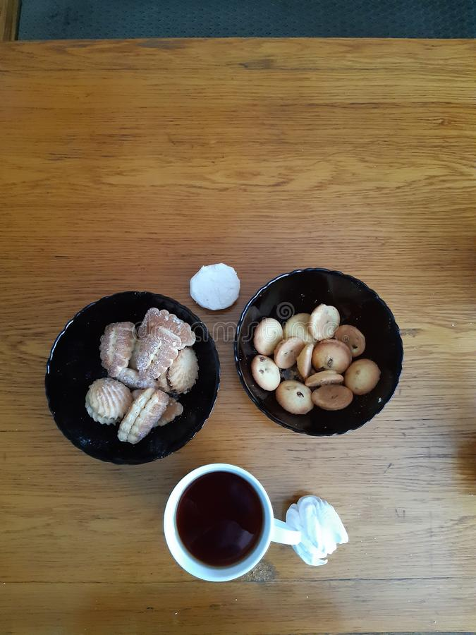 Thé et biscuits sur la table pour le café photos libres de droits