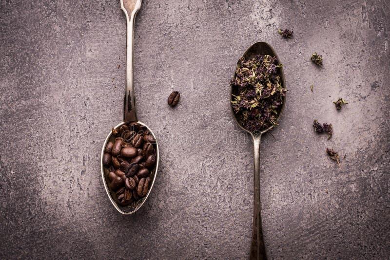Thé et grains de café dans des cuillères rustiques photographie stock libre de droits