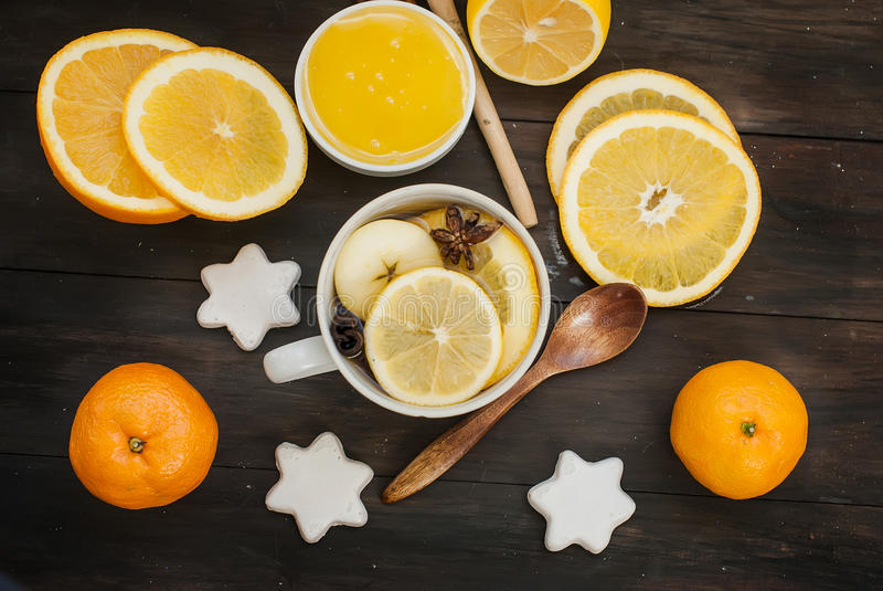 Thé et ingrédients épicés pour le thé de brassage images libres de droits
