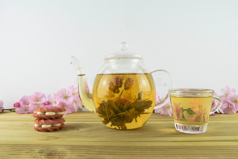 Thé fleurissant avec des biscuits ou des biscuits de rose de fraise images libres de droits