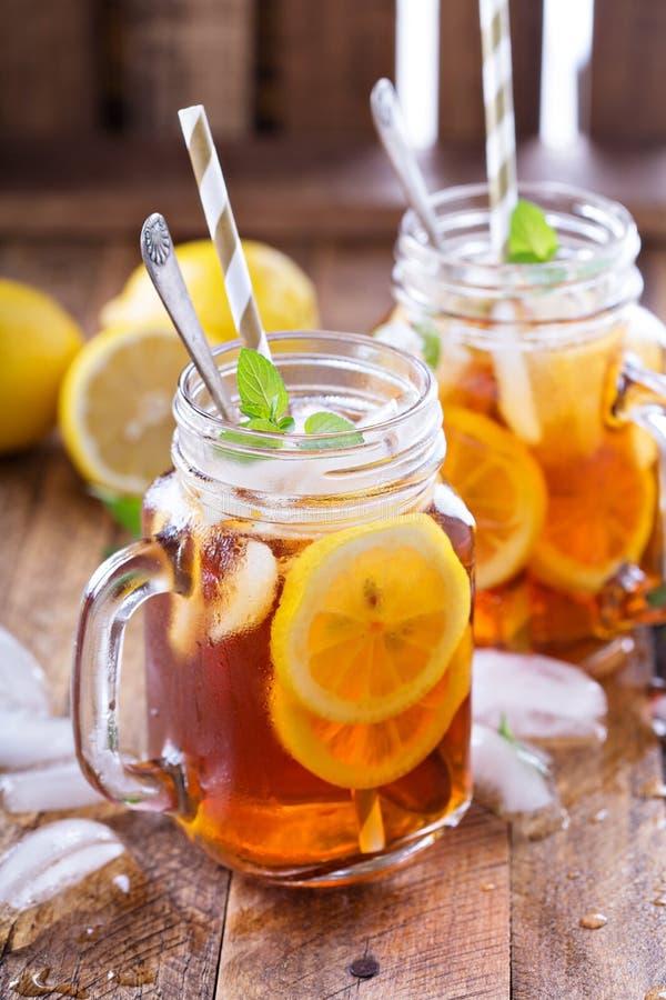 Thé glacé avec des parts de citron photographie stock