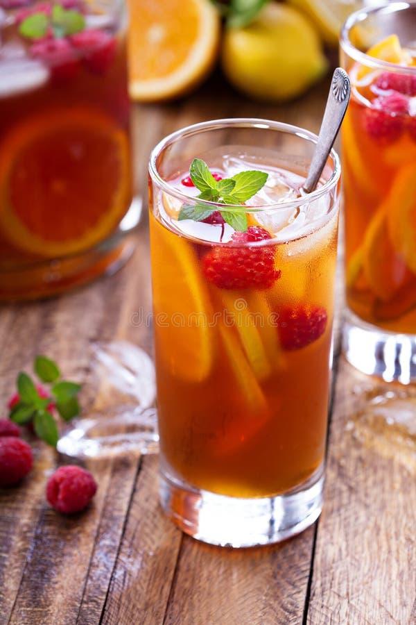 Thé glacé avec l'orange et la framboise photographie stock libre de droits