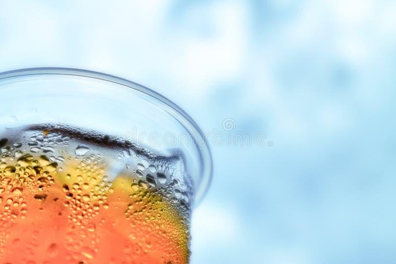 thé glacé et ciel bleu nuageux photographie stock libre de droits