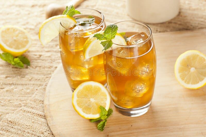 Thé glacé régénérateur avec le citron photos libres de droits
