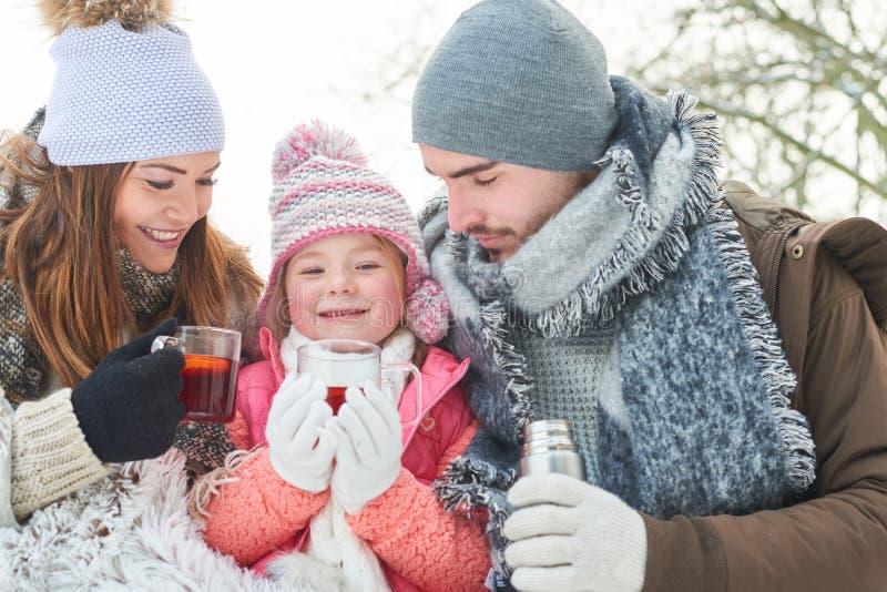 Thé heureux de boissons de famille pour l'échauffement photos libres de droits