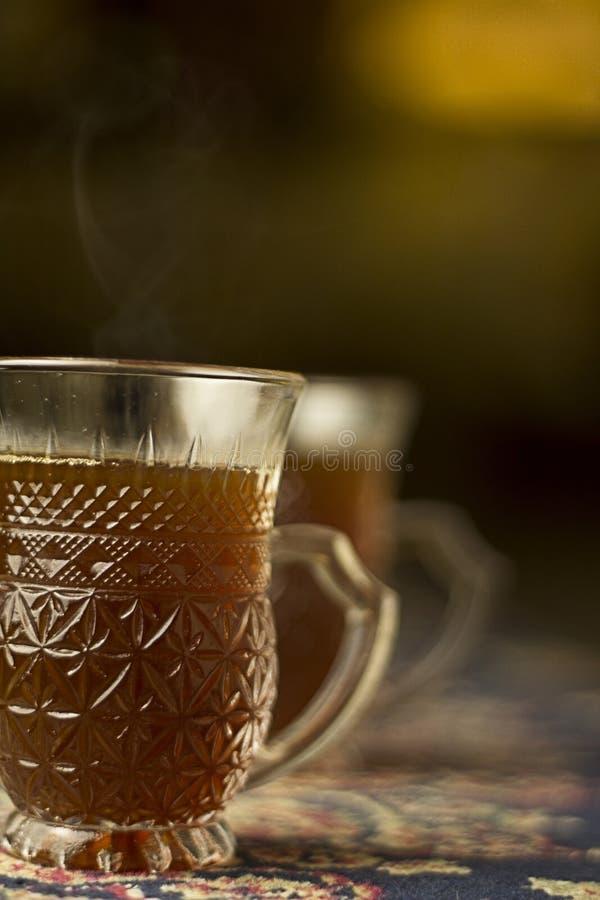 Thé noir Arabe de Sulaimani dans une tasse en verre de cawa photographie stock libre de droits