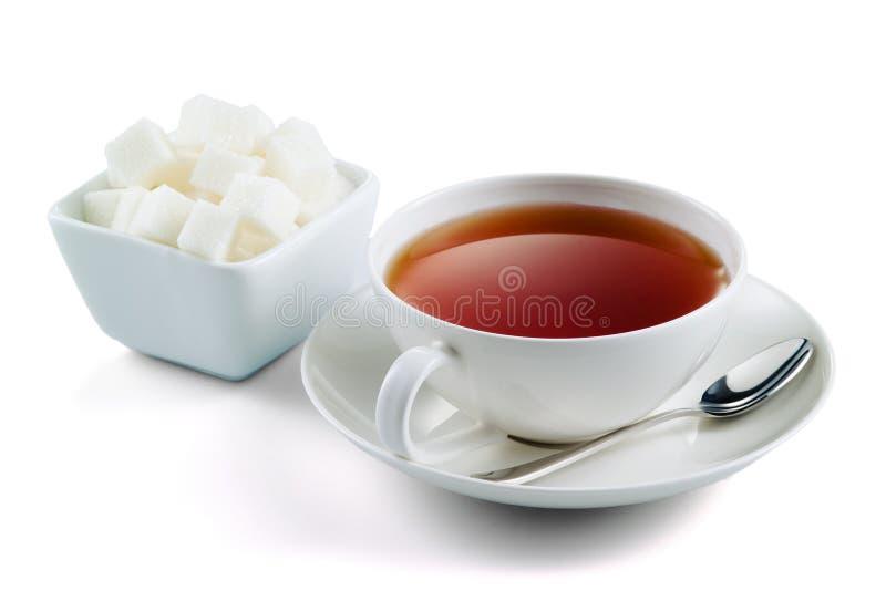 Thé noir avec des cubes en sucre d'isolement sur le blanc photos libres de droits