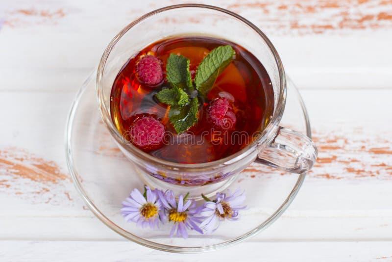 Thé noir curatif chaud avec des framboises photo libre de droits