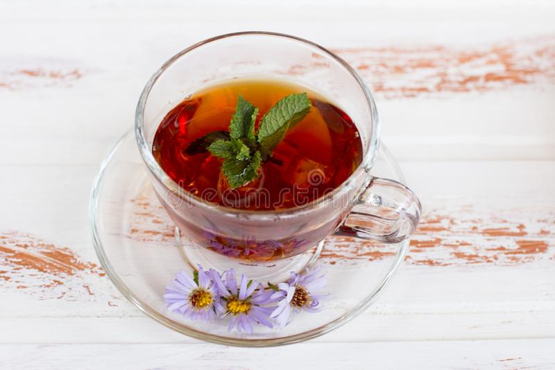 Thé noir curatif chaud avec des framboises photographie stock