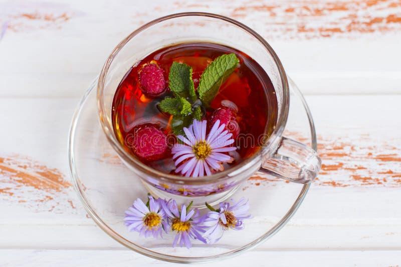 Thé noir curatif chaud avec des framboises photo stock