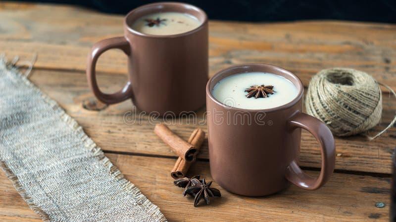 Thé noir indien traditionnel Thé de Masala Thé au lait épicé photographie stock