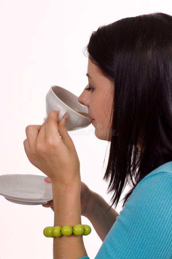 Thé ou café sirotant image stock