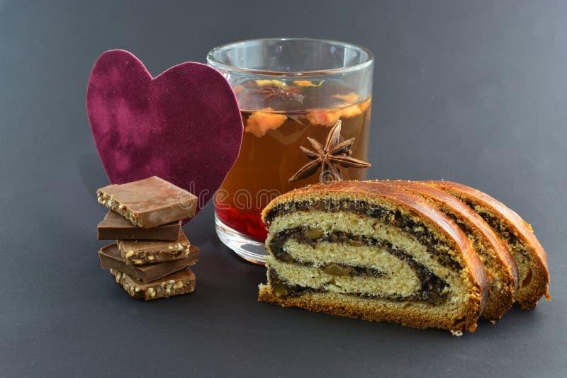 Thé, petit pain cuit au four, chocolat au lait, coeur de velours, thème de valentine photographie stock libre de droits