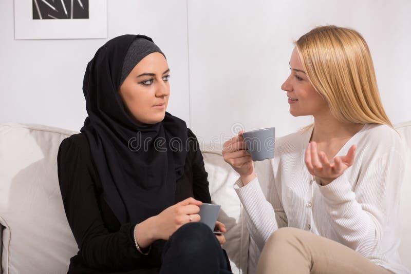 Thé potable avec des musulmans images libres de droits