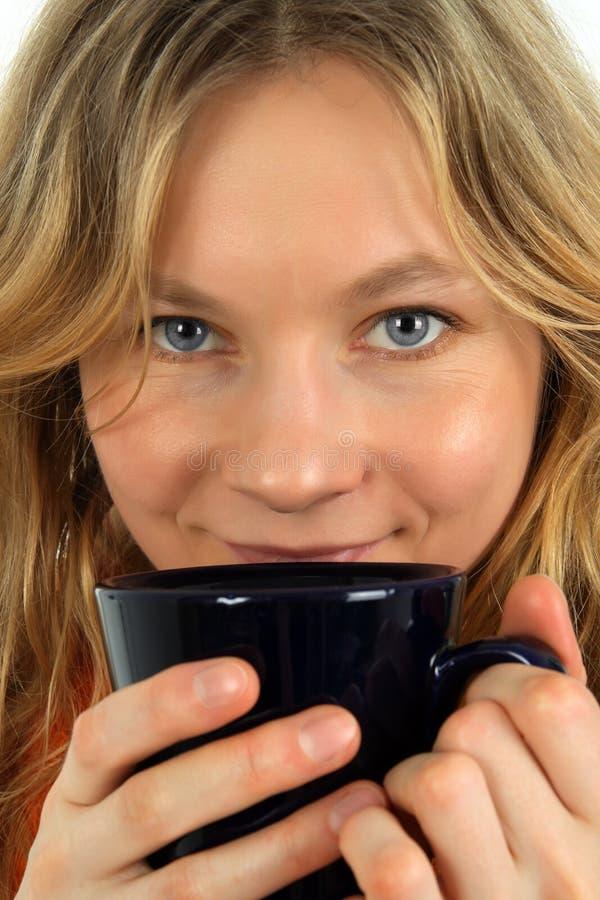 Thé potable avec du charme de jeune femme photographie stock libre de droits
