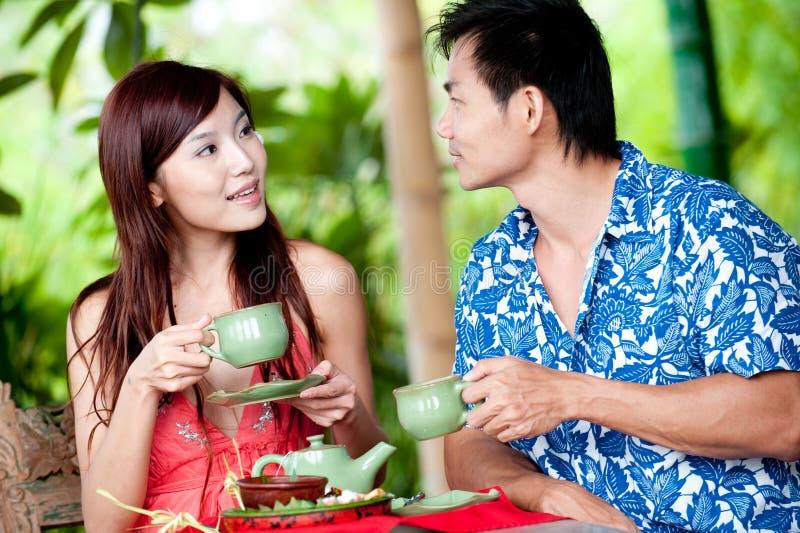 Thé potable de couples images libres de droits