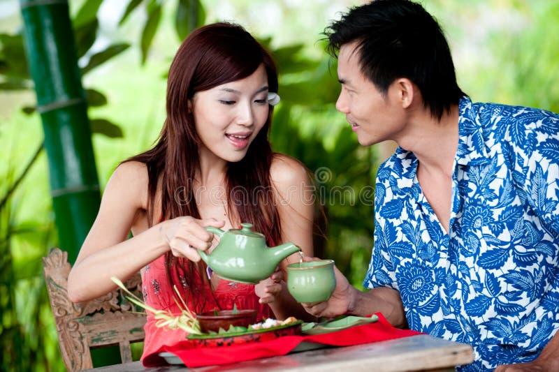 Thé potable de couples images stock