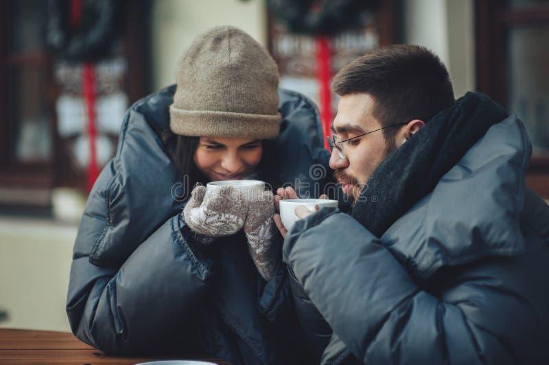 Thé potable de couples dans le café photographie stock