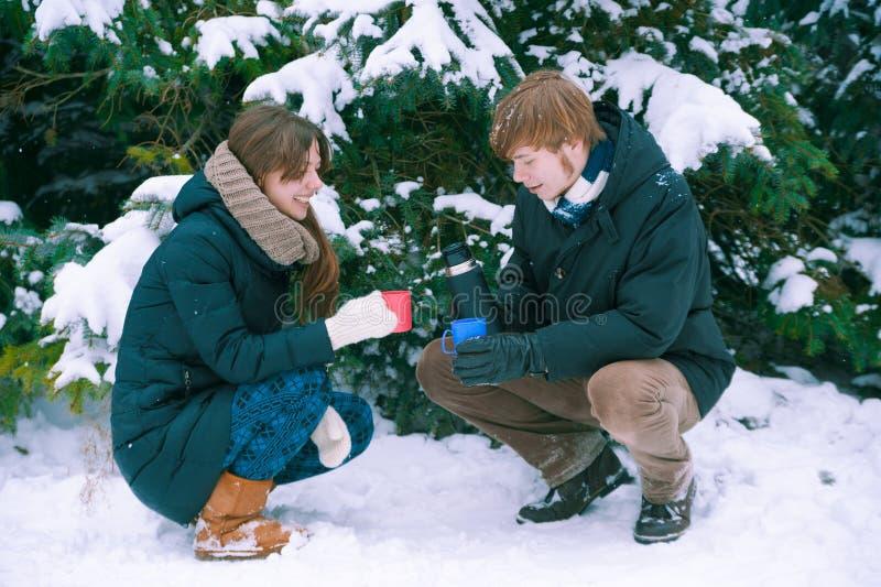 Thé potable de couples en hiver photographie stock