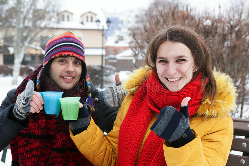 Thé potable de couples en hiver photo stock