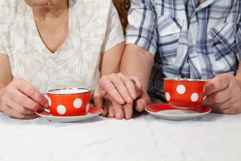 Thé potable de couples pluss âgé image stock