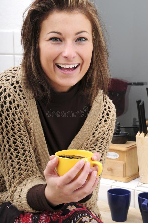 Thé potable de femme photographie stock