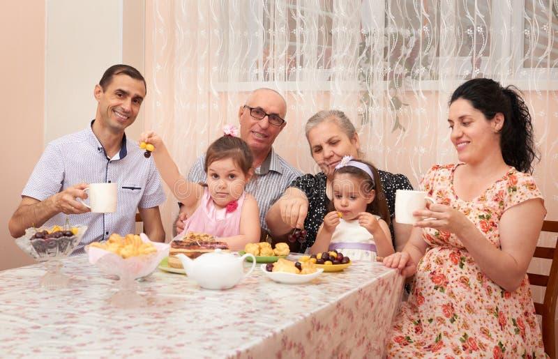 thé potable de grande famille dans la salle à manger, femme enceinte photos libres de droits