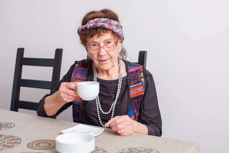 Thé potable de vieille grand-mère photographie stock libre de droits