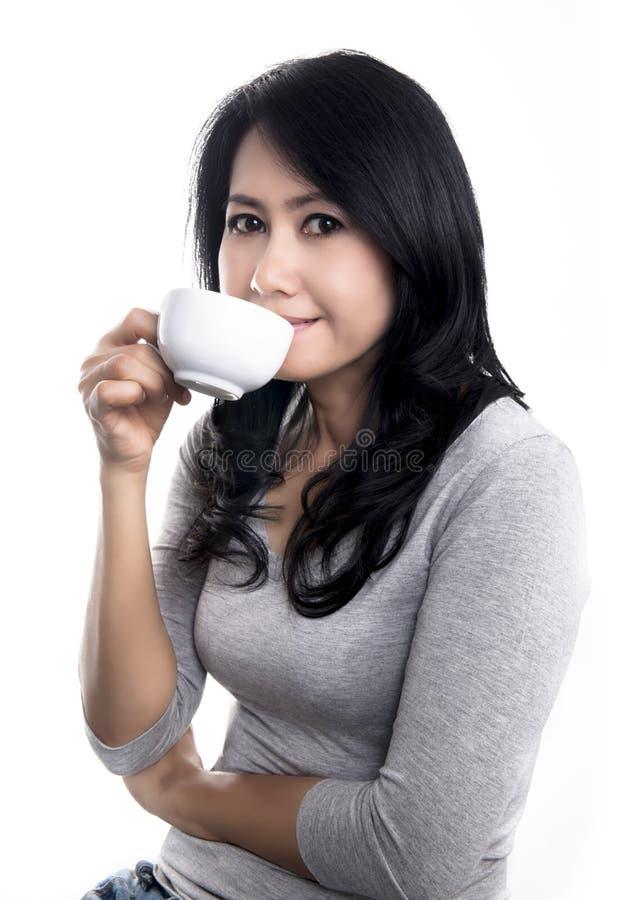 Thé potable ou café de belle fille, chocolat ou cacao photo libre de droits