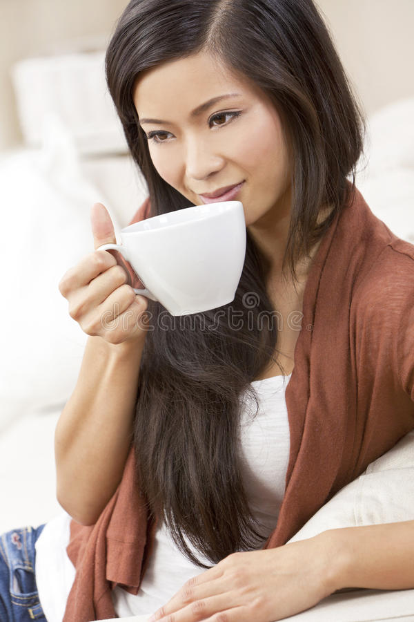 Thé potable ou café de femme asiatique chinoise photographie stock libre de droits