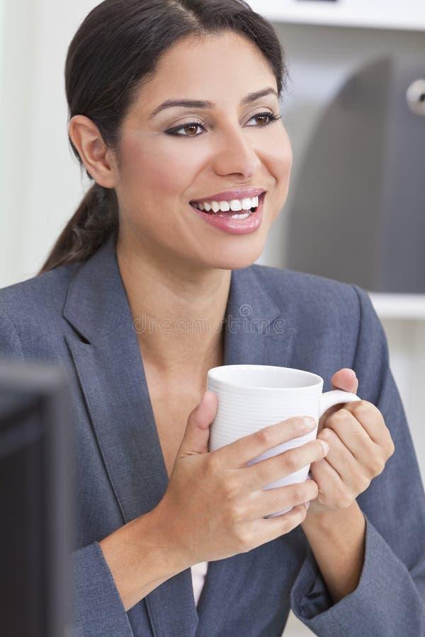 Thé potable ou café de femme heureuse de femme d'affaires images stock