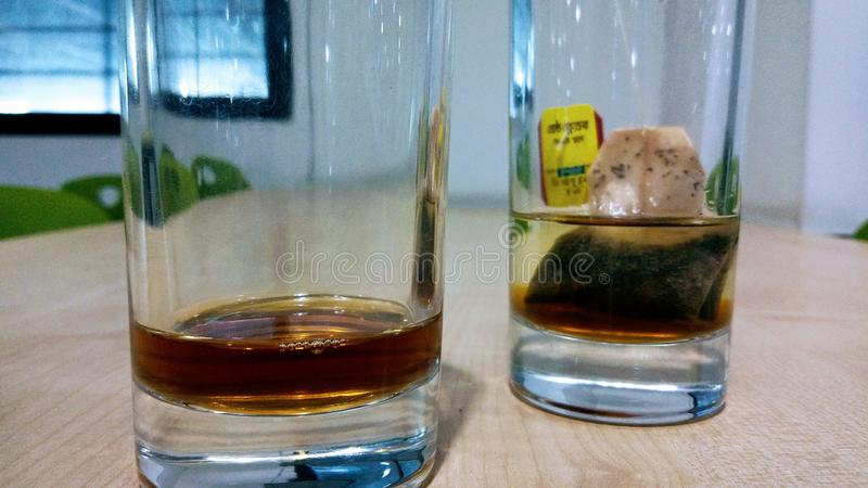 Thé restant dans un verre photos stock