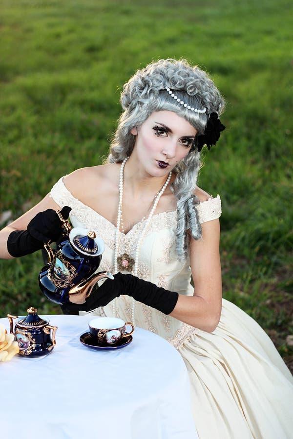 Thé se renversant de femme victorienne photographie stock libre de droits