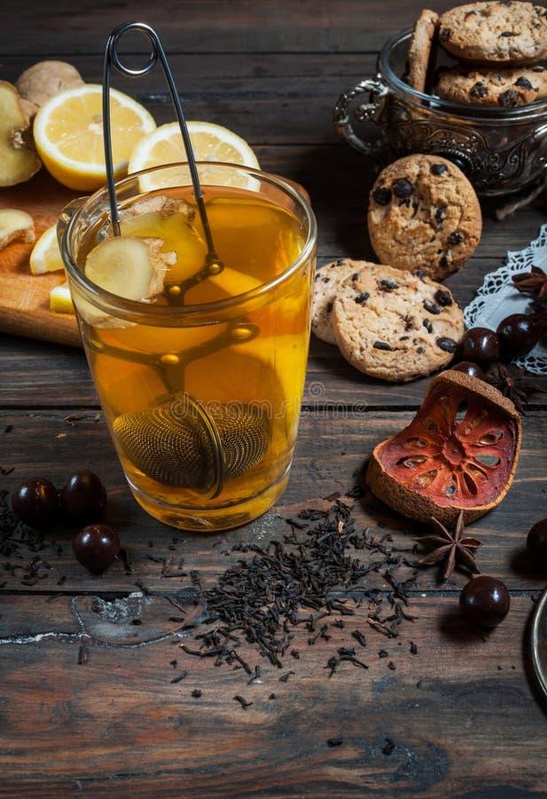 Thé sec avec le citron et les biscuits sur la table en bois photo libre de droits