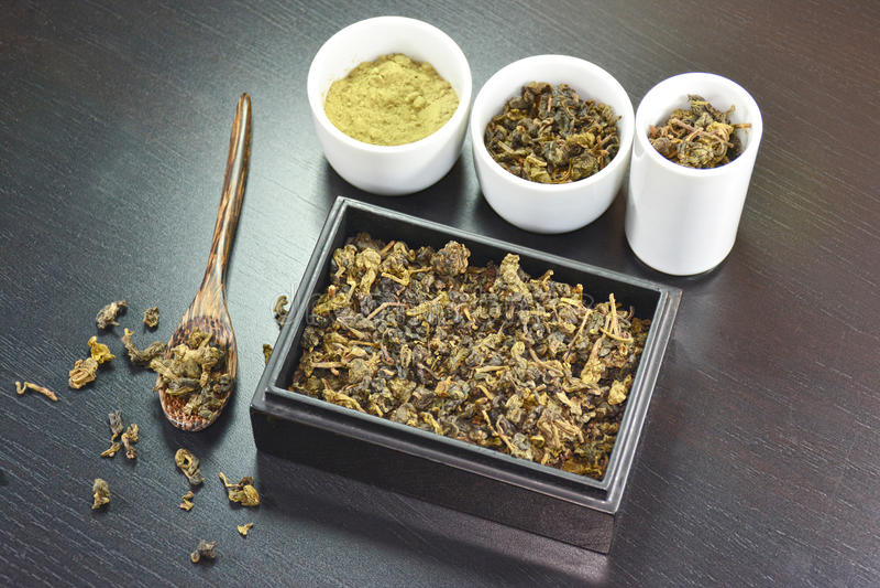 Thé sec dans le thé en bois et sec de boîte sur la cuillère en bois et la poudre de thé vert photographie stock libre de droits