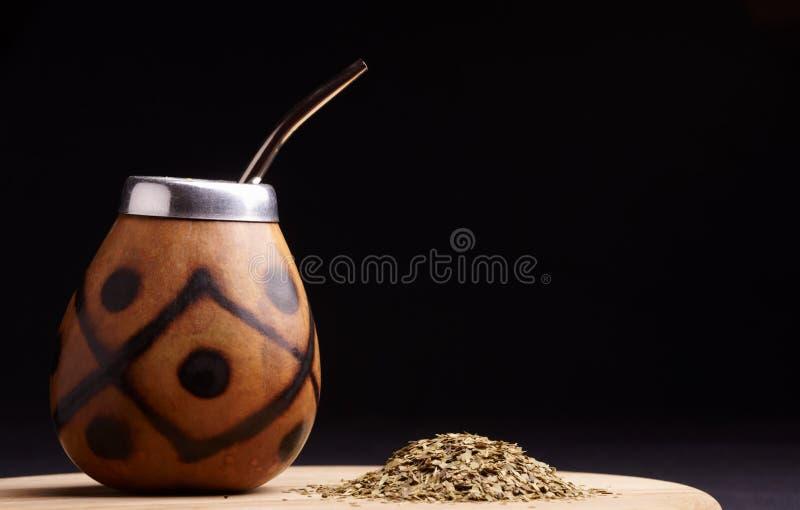 Thé sud-américain traditionnel de compagnon de yerba en cercle et Bombilla de calebasse Fond noir images libres de droits