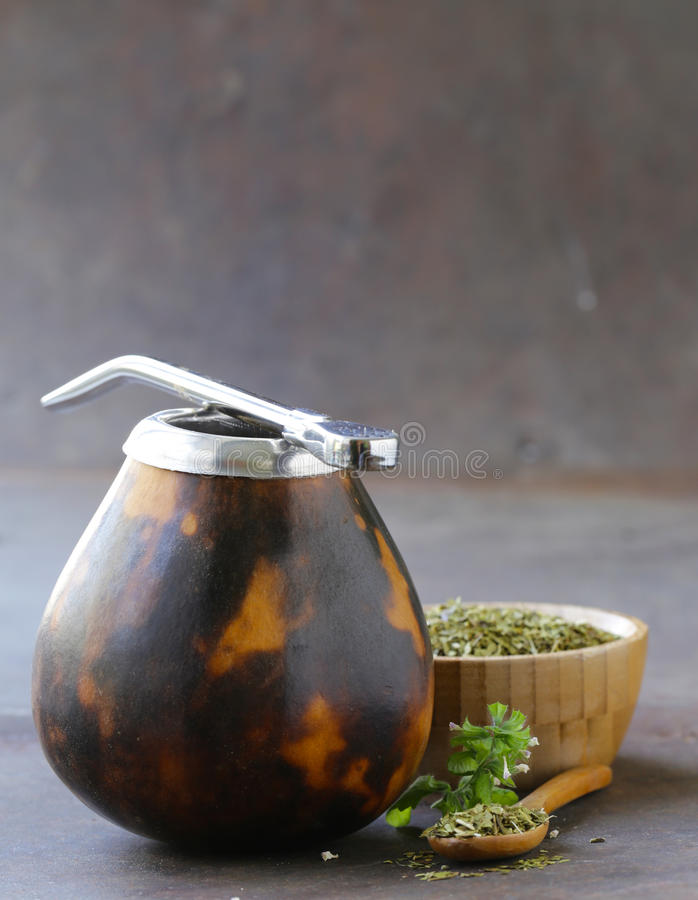 Thé traditionnel de compagnon de yerba dans la tasse de calebasse images stock