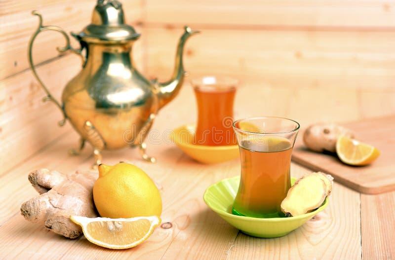 Thé turc avec du gingembre et le citron photographie stock libre de droits